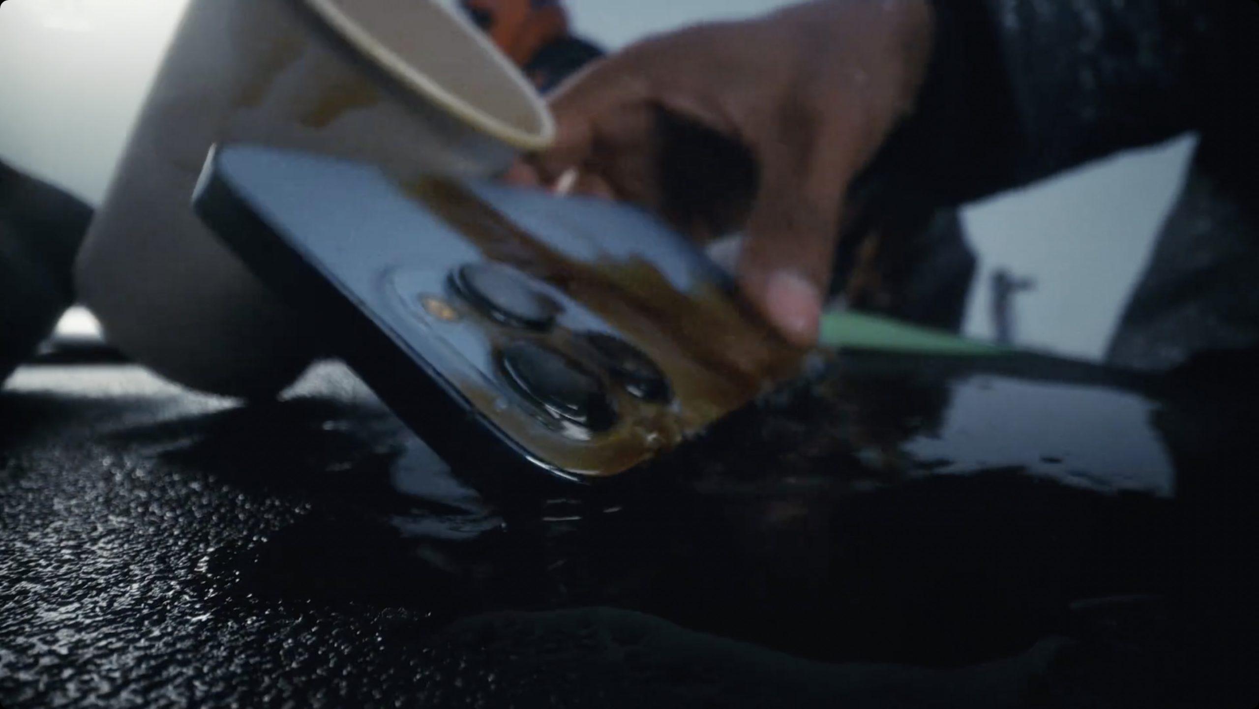 Ist das iPhone 13 Pro wasserdicht, wenn in der Werbung Kaffee darüber gegossen wird?